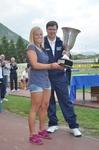 Lara Gut riceve dal presidente Franco Acerbis la coppa per la squadra seconda classificata